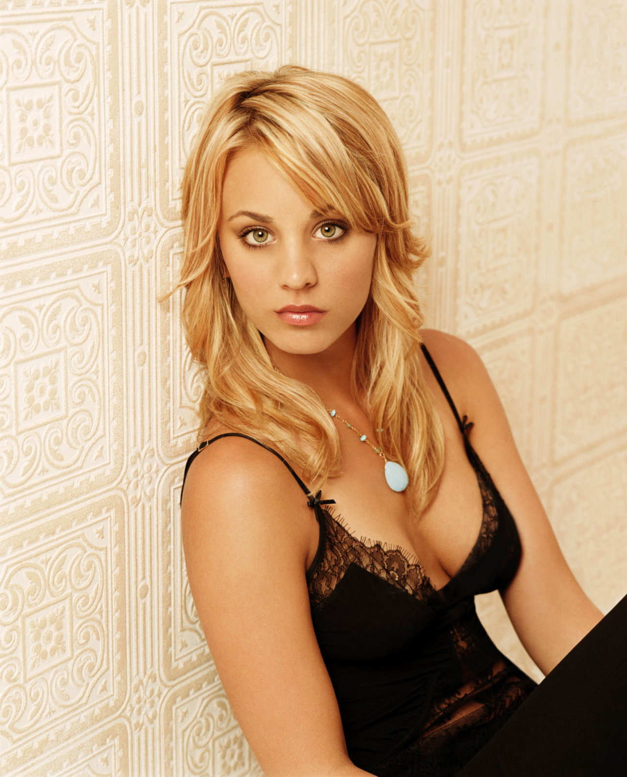 Kaley Cuoco - Photos Hot